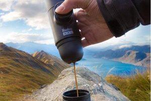 minipresso vertiendo café expresso